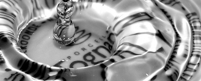 goccia d'acqua su un piatto che fa intravedere una scritta