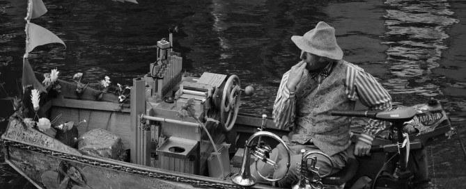 uomo in barca