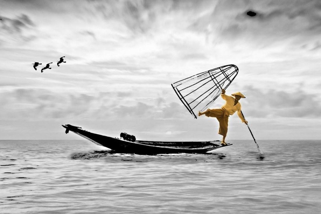 Uomo in bilico su una barca come rappresentazione dell'esplorazione di sè