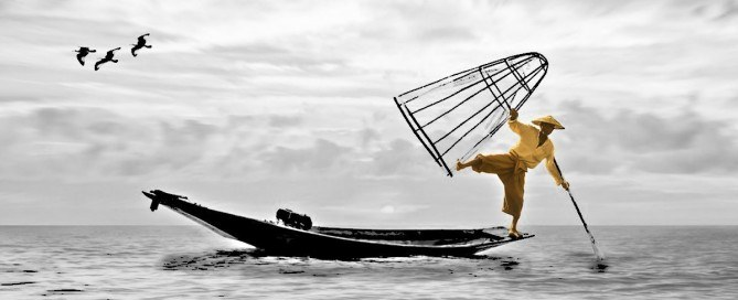 Uomo in bilico su una barca