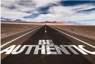 "Strada nel deserto con la scritta ""be authentic"""