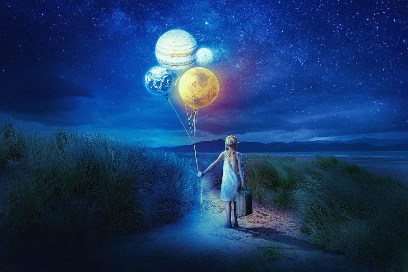 Una bambina tiene legati ad un filo i pianeti come esplorazione di se stessa