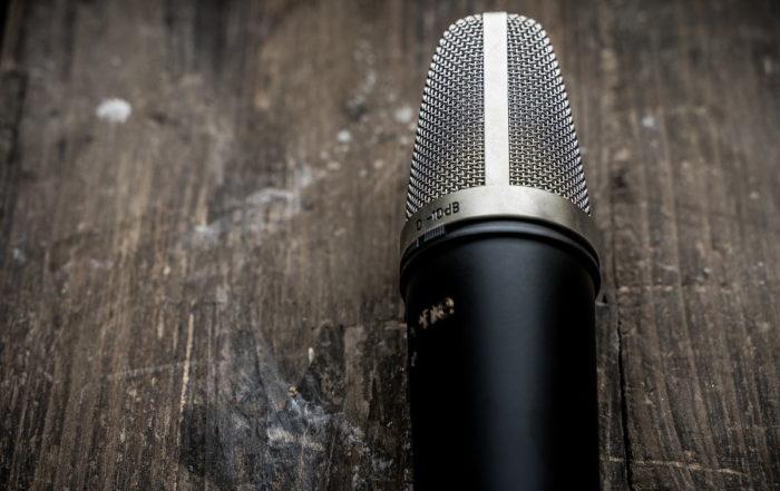 un microfono su un tavolo di legno
