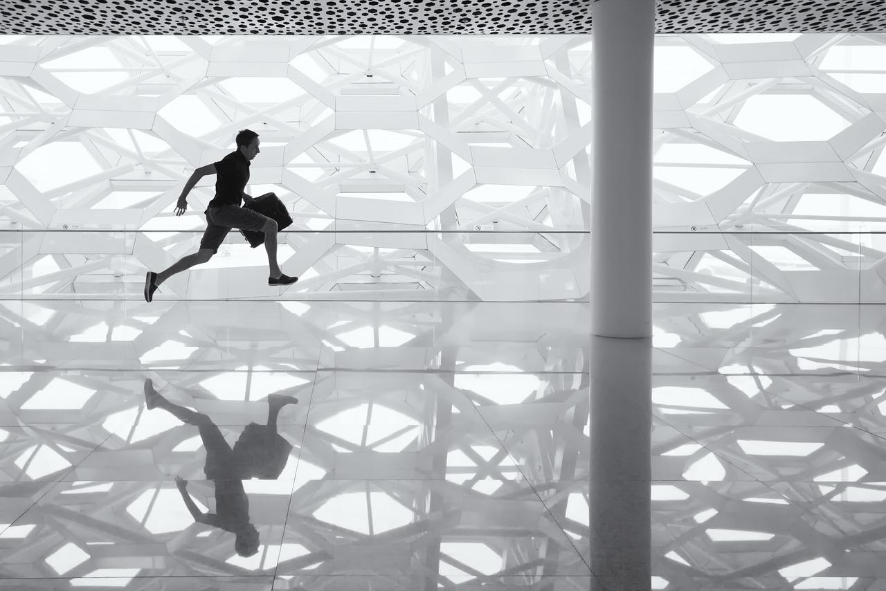 Uomo che corre in un palazzo