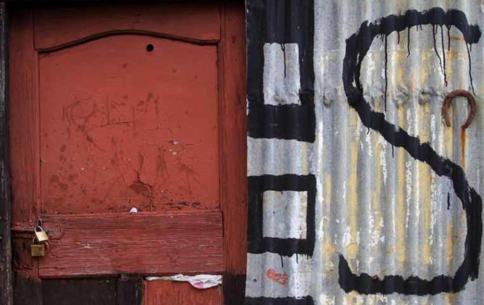 La lettera S dipinta di nero su una lamiera