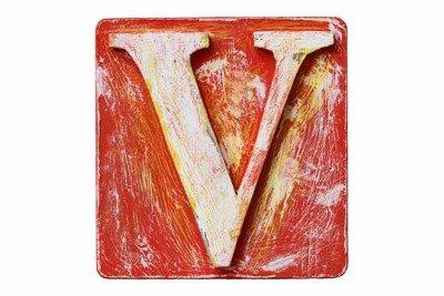 La lettera V disegnata in bianco su una superficie rossa