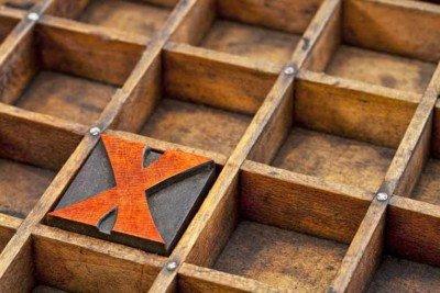 La lettera X arancione nel tassello tipografico