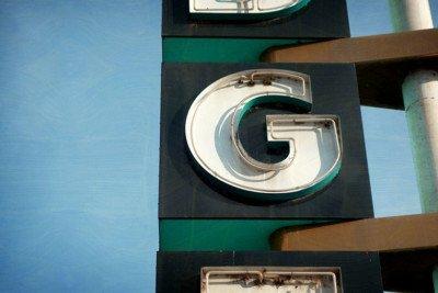 La lettera G all'interno di una grande insegna su strada