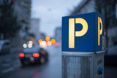La lettera P come segnale illuminato sulla strada